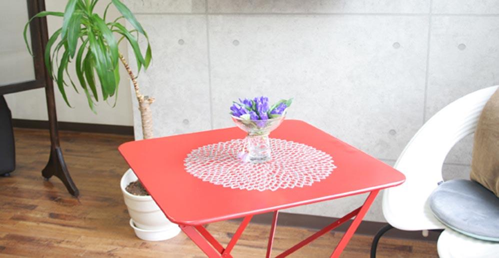 待ち時間のイスとテーブル2